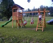 Kinder-Klettergerüst am Haus