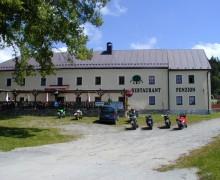 Motocykl před restaurací penzionu U lípy