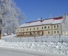 Zima na Lipně - pohled na penzion U lípy pod sněhem